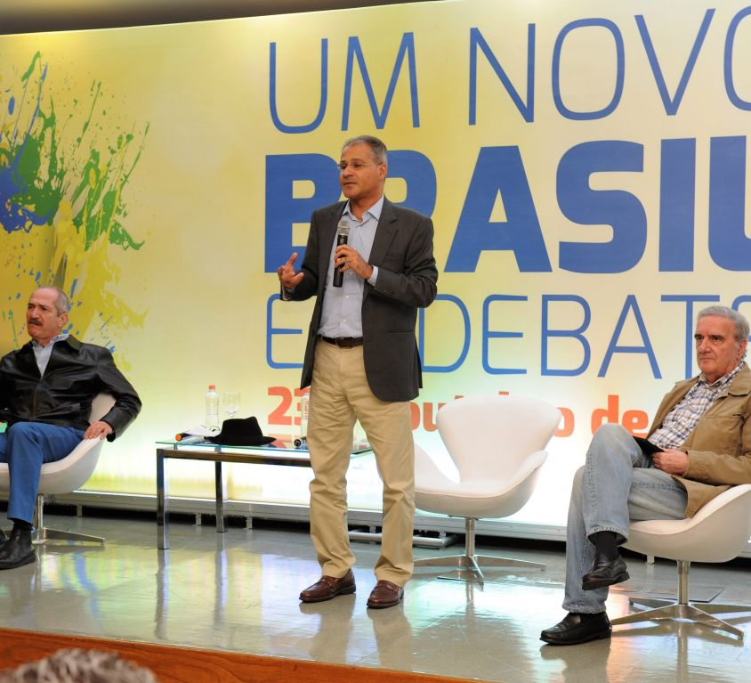 "<b>UM NOVO BRASIL EM DEBATE</b><br /><br /><i class=""fas fa-tag""></i> Palestras, debate, coffee break<br /><br /><i class=""fas fa-users""></i> 100 pax"